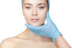 pojęcia odosobniony chirurgii plastycznej biel Lekarek ręki w rękawiczkach dotyka kobiety twarz obrazy stock
