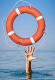 pojęcia pomoc odosobniony biel Lifebuoy dla tonąć mężczyzna rękę wewnątrz Obraz Royalty Free