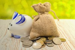 Pojęcia prosiątka monety na drewnianym tle i bank Savings, savings obraz royalty free