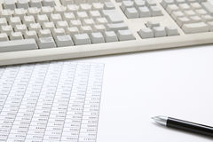 pojęcia prowadzenia domu posiadanie klucza złoty sięgający niebo Biznesowy dokument z komputerową klawiaturą i piórem zdjęcia stock