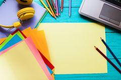 pojęcia prowadzenia domu posiadanie klucza złoty sięgający niebo edukacja w sieci Miejsce pracy z komputerem i notatnikami z kopi Zdjęcie Royalty Free