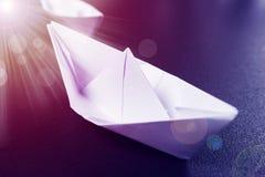 pojęcia prowadzenia domu posiadanie klucza złoty sięgający niebo papierowy statek przewodzi dla sukcesu Biała origami łódź na cza fotografia stock