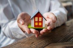 pojęcia ręki domu ubezpieczenia modela własności real fotografia stock