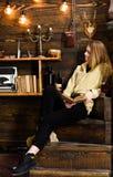 pojęcia ręki kieszeni relaksu zegarka nadgarstek Dziewczyna uczeń relaksuje z książką i szkłem rozmyślający wino Dziewczyna w prz Zdjęcia Stock