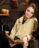pojęcia ręki kieszeni relaksu zegarka nadgarstek Dziewczyna w przypadkowym stroju siedzi z książką w drewnianym rocznika wnętrzu  Obraz Royalty Free