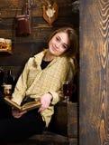 pojęcia ręki kieszeni relaksu zegarka nadgarstek Dziewczyna w przypadkowym stroju siedzi z książką w drewnianym rocznika wnętrzu  Zdjęcia Stock