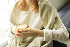 pojęcia stary kawa się wziąć Zakończenie żeńskie ręki trzyma żółtą filiżankę cappuccino coffe z mlekiem up pieni się Latte sztuka Zdjęcia Royalty Free