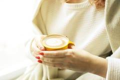 pojęcia stary kawa się wziąć Zakończenie żeńskie ręki trzyma żółtą filiżankę cappuccino coffe z mlekiem up pieni się Latte sztuka Fotografia Stock