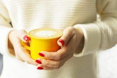 pojęcia stary kawa się wziąć Zakończenie żeńskie ręki trzyma żółtą filiżankę cappuccino coffe z mlekiem up pieni się Latte sztuka Zdjęcie Stock