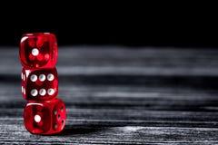 Pojęcia szczęście - kostka do gry uprawia hazard na ciemnym drewnianym tle zdjęcie royalty free