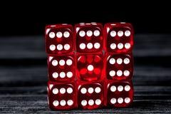 Pojęcia szczęście - kostka do gry uprawia hazard na ciemnym drewnianym tle fotografia royalty free