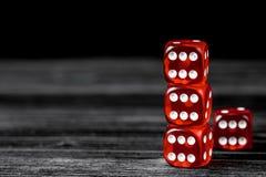 Pojęcia szczęście - kostka do gry uprawia hazard na ciemnym drewnianym tle obraz royalty free