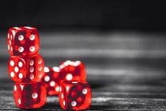 Pojęcia szczęście - kostka do gry uprawia hazard na ciemnym drewnianym tle obraz stock