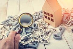 pojęcia tła ręce szklanych domów połowy domu buck obrazu powiększyć miniaturę kontrolną w white Fotografia Royalty Free
