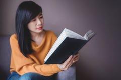 pojęcia tnących listów starzy papierowi czytelniczy widowiska ukazują się kolor żółty Kobieta Relaksuje książką podczas gdy Siedz Zdjęcie Stock