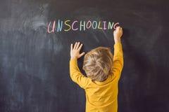 Pojęcia Unschooling dom Uczy się Z powrotem szkoła koloru kreda na Czarnym Blackboard tle w rzędu Odgórnego widoku mieszkaniu Lay obraz royalty free