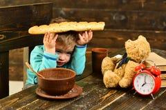 pojęcia zdrowe jedzenie Chłopiec chwyta chleb, zdrowy jedzenie Zdrowy jedzenie dla małego dziecka to zdrowe jedzenie cieszy się s Zdjęcia Royalty Free