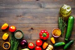 pojęcia zdrowe jedzenie składniki dla jarzynowego gulaszu Kabaczek, dzwonkowy pieprz, pomidor, pikantność, olej na ciemnym drewni zdjęcie stock