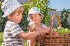 pojęcia zdrowe jedzenie Szczęśliwy dzieciństwa tło Nieociosany styl życia obrazy stock