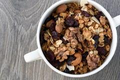 Pojęcia zdrowy jedzenie domowej roboty granola w białym pucharze Fotografia Royalty Free