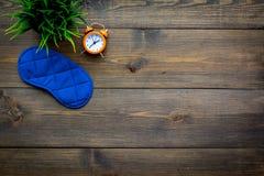 pojęcia zdrowy mężczyzna poduszki sen Sypialny maskowy pobliski budzik na ciemnej drewnianej tło odgórnego widoku kopii przestrze Zdjęcie Royalty Free
