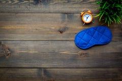 pojęcia zdrowy mężczyzna poduszki sen Sypialny maskowy pobliski budzik na ciemnej drewnianej tło odgórnego widoku kopii przestrze Obraz Stock