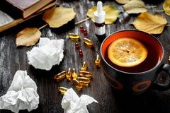Pojęcia zimno - traktowanie z gorącą herbatą i medecine Obraz Stock