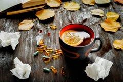 Pojęcia zimno - traktowanie z gorącą herbatą i medecine Obrazy Royalty Free