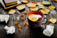 Pojęcia zimno - traktowanie z gorącą herbatą i medecine Fotografia Royalty Free