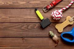 Pojęcia zwierzęcia domowego szkolenie na drewnianego tła odgórnym widoku i opieka Fotografia Stock