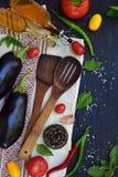 Pojęcie życiorys żywność organiczna Składniki dla zdrowego kucharstwa Warzywa i pikantność na ciemnym drewnianym tle Przygotowani Zdjęcie Royalty Free