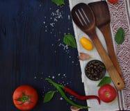Pojęcie życiorys żywność organiczna Składniki dla zdrowego kucharstwa Warzywa i pikantność na ciemnym drewnianym tle Przygotowani Obrazy Royalty Free