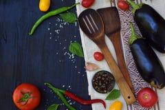 Pojęcie życiorys żywność organiczna Składniki dla zdrowego kucharstwa Warzywa i pikantność na ciemnym drewnianym tle Przygotowani Fotografia Royalty Free