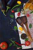 Pojęcie życiorys żywność organiczna Składniki dla zdrowego kucharstwa Warzywa i pikantność na ciemnym drewnianym tle Przygotowani Obraz Stock