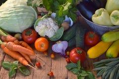 Pojęcie życiorys żywność organiczna Składniki dla zdrowego kucharstwa Warzywa i ziele na drewnianym tle Przygotowanie naczynia od Zdjęcie Royalty Free