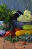 Pojęcie życiorys żywność organiczna Składniki dla zdrowego kucharstwa Warzywa i ziele na drewnianym tle Przygotowanie naczynia od Obrazy Royalty Free