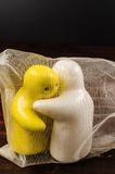 Pojęcie abstrakt ściskać ceramiczne lale na drewnianym stole zdjęcia royalty free