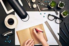 Pojęcie architekci Architekta miejsce pracy, architektoniczny projekt, projekty, władca Inżynier trzyma pióro i pisze w a Fotografia Stock