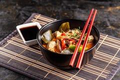 Pojęcie azjatykcia kuchnia Tajlandzki zupny Tom ignam kurczaka rosół, kokosowy mleko, pieczarki, kurczak, chili pieprze i warzywa fotografia stock