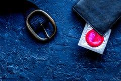 Pojęcie bezpieczny seks z kondomem na ciemnego tła odgórnym widoku Fotografia Royalty Free