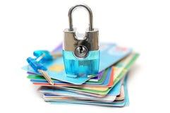 Pojęcie bezpieczny zakupy z kłódką i kredytowymi kartami Fotografia Royalty Free