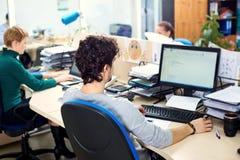 Pojęcie biurowa praca Tylni widoku mężczyzna pracuje przy comput Fotografia Royalty Free