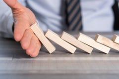 Pojęcie biznes kontrola zatrzymywać domino skutek Obrazy Stock