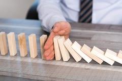 Pojęcie biznes kontrola zatrzymywać domino skutek Fotografia Stock