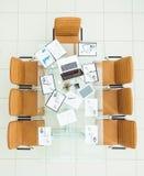 pojęcie biznesowy sukces - pieniężne mapy, wprowadzać na rynek mapy, notatniki i pióra, przy miejscem pracy w pustym biurze Zdjęcie Stock
