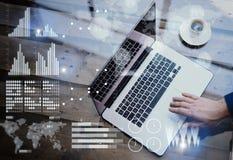 Pojęcie cyfrowy diagram, wykresów interfejsy, wirtualny ekran, związek ikona Biznesmen pracuje przy biurem na laptopie przy Obrazy Stock