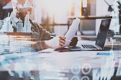 Pojęcie cyfrowy diagram, wykresów interfejsy, wirtualny ekran, związek ikona Młody przedsiębiorca pracuje przy nowożytnym biurem Zdjęcie Stock