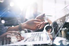 Pojęcie cyfrowy diagram, wykresów interfejsy, wirtualny ekran, związek ikona na zamazanym tle biznesowego biznesmena cmputer biur Fotografia Royalty Free