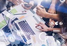 Pojęcie cyfrowy diagram, wykresów interfejsy, wirtualny ekran, związek ikona na zamazanym tle biznesowego biznesmena cmputer biur Obrazy Stock