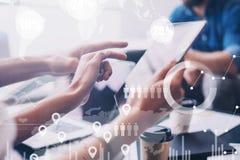 Pojęcie cyfrowy diagram, wykresów interfejsy, wirtualny ekran, związek ikona na zamazanym tle biznesowego biznesmena cmputer biur Zdjęcie Stock